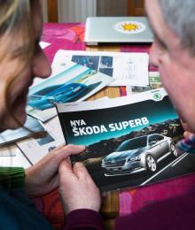 Från franskt till tjeckiskt. Jan van Stam och Ellen Moons letade sig sakta men säkert fram till sin till sin nya bil. Till slut blev det en Skoda Superb Combi som fick ersätta deras gamla uttjänta Citroën C5.