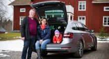 Tre nöjda nybilsägare framför huset i Mölnbacka. Jan van Stam, hustrun Ellen Moons och dottern Freja, 8 år.