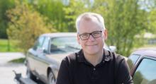 Carl Legelius klarade E-kortet på under 10000 kronor fastän han gick på körskola. Här vid manöverprovet – backning in i ett garage, markerat av koner.