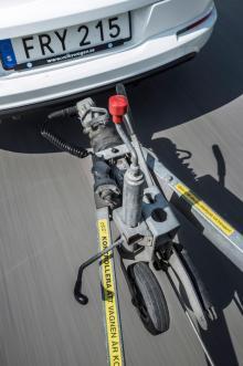 Koppla rätt. Kolla att kopplingsindikatorn visar en grön ring, att säkerhetsvajern är monterad, att stödhjulet är upphissat och fastdraget och att elkontakten är korrekt monterad. Samt att ingen kabel eller vajer släpar i vägen! Kolla belysningen före avfärd – och checka att vikten är korrekt balanserad så att vikten på dragkulan inte är negativ eller för tung.