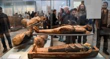 Besökare stannar upp och fascineras av de välbevarade mumierna. Brittish Museum har en av världens största samlingar av historiska skatter.