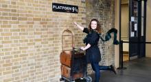 Harry Potters magi lockar turister till plattform 9 ¾, stadsvandringar och Warner Brothers studiotur.
