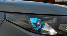 Halvljuset är numera LED-baserat, det firas med en blå färg runt linsen.