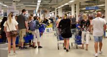 Vi styr mot första bästa gångstråk som leder vidare in till hyllor och rader av varor. Gekås Ullareds varuhus har vuxit i takt med att antalet besökare och intresset för shopping ökat.