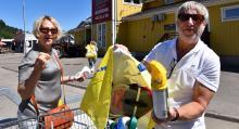 Margareta Jansson och Svenne Magnusson har stannat i Ullared på väg hem till Norrtälje. De har mestadels fyndat bilvårdsprodukter och nu blir det en korv med bröd innan de fortsätter hemåt.