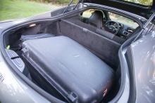 Aston Martin opraktisk? No sir! En stor resväska och lite därtill eller två golfbagar får plats där bak.