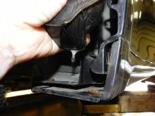 Isoleringskuddar vid vindrutestolpar fyllda med vatten på testbilen.