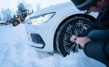 Har det väl börjat skaka i fälgarna finns ingen annan bot än att börja hacka loss den snö och is som fastnat där. Anders Helgesson fick gå en tuff rond innan Volvo V60 var hyfsat befriad.