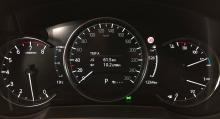 Mätarklustret är numera helt digitalt. Färddatorn visas i mitten av hastighetsmätaren.