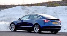 Bakdelen är så hög att bakåtsikten i innerbackspegeln blir rejält lidande. Dörrhandtagen skjuts inte ut elektriskt som på Model S och X.