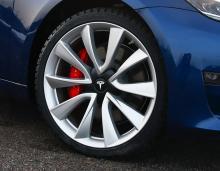 20-tumsfälgar och röda bromsok avslöjar att spenderbyxorna har varit på och att bilen är en Performance-modell.