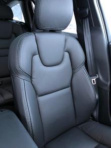 Stolskomforten är, som vanligt hos Volvo, skyhög. Att få framstolar med elmanövrering och dynförlängning kostar dock många kronor extra.