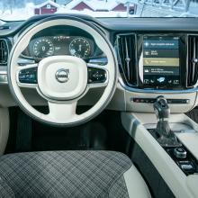 V60 är en Volvo som Volvo är mest numera och förarmiljön har genomgående bra ergonomi och finish, även om inte alla kommer helt överens med Sensus-skärmens gränssnitt. Kul klädsel!