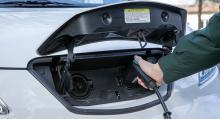 """""""Tanklockspilen"""" på instrumentpanelen pekar höger, trots att laddluckan sitter fram."""