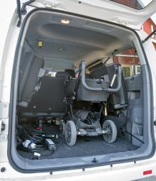 Ovanligt mycket volym för en elbil. Med bakstolarna upphängda mot sidorna går barnvagnen in på längden och den behöver inte fällas ihop. Någon särskild plats för laddsladdar finns inte.