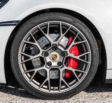 911 Carrera S har 20-tumsfälgar fram och 21-tumsfälgar bak som standard.