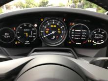 """En 911 """"ska"""" ha fem mätartavlor. Numera är dock endast den i mitten en riktig, analog mätartavla. Övriga är skärmar och är svåra att se bakom ratten."""