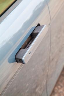 Dörrhandtagen försvinner in i dörrsidorna när bilen börjar rulla eller låses.