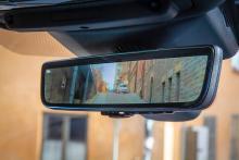 Den bakåtriktade kamerans bild visas i innerbackspegeln. Funktionen kostar extra.