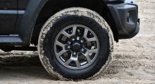 5-tumsfälgar i plåt eller aluminium är det som erbjuds. Fem hjul är standard, ett hänger på bagagedörren.