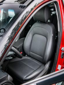 """Hyundai: Eljustering, även för svankstödet, är standard i testversionen. Ganska hård stoppning och lång sittdyna. En del testförare fick """"träsmak"""", andra gav beröm."""