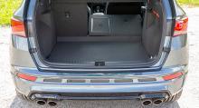 En liten lasttröskel irriterar men utrymmet är praktiskt lådformat och 485 liter bagage får plats.