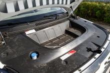 Den lilla elmotorn frigör utrymme under huven, bra plats för sladdar.