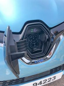 Att fylla batteriet upp till 80 procent tar enligt Renault en timme och tio minuter vid CCS-snabbladdare. Förloppet kan följas via en telefonapp.