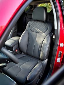 Bra skålning och fast stoppning. Kylda säten ingår i standardutrustningen. Förarstolen har justerbart lår- och svankstöd, det fattas passageraren. Synd.