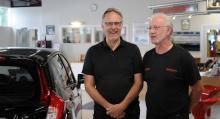 Lasse Andersson och Janne Svensson tar emot kunderna hos Honda-återförsäljaren Auto-punkten i Enskede. Bilmärket fortsätter att stiga i popularitet hos sina verkstadskunder.