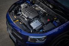 På grund av den skrymmande växellådan sitter motorn lätt förskjuten.