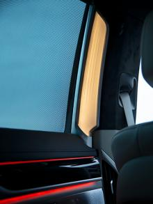"""På mittstolparna finns """"lysrör"""" som diskret men effektivt ramar in en av bilens huvudattraktioner – det extra rymliga baksätet."""