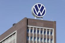 """Även Volkswagen har lanserat en """"enklare"""" logotyp utan tredimensionell effekt."""