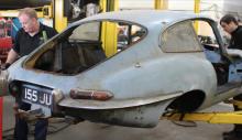 Jaguar E-Type topprenoverad efter 40 år i ladan