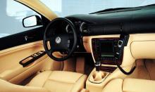 Ratt med träkrans, halt men elegant. Blåvit VW-logotyp kom och gick snabbt. Hastighetsmätaren är unik, graderad till 300 km/h. Fabriksmonterad Nokia 6210, det var grejer.