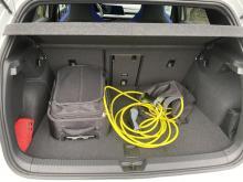 Bagagevolymen hämmas på grund av batteriets placering under lastgolvet. Var lägger man sladden?
