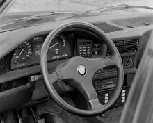 Förarmiljön och instrumenteringen – klassiskt stram och krispig samtidskonst à la BMW. Tydligare än så här kan det inte bli.