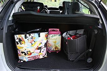 Citroen C4 Picasso sväljer vår testbarnvagn och lite bagage därtill. Ett insynsskydd finns, men dess värre inget lastnät eller -galler ovanför baksätet. Till höger den inbyggda shoppingvagnen.