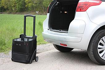"""Den inbyggda shoppingvagnen (""""Dramaten"""") i Citroën fyller två funktioner: dels att dra runt på, dels till att förvara småjox som annars dräller runt i bagageutrymmet."""