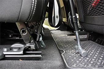 Varken C4 Picasso eller B-klass har öglor på golvet för att fästa den bakåtvända barnstolens underförankringsband. Vi gjorde till slut en ögla runt bakstolens golvfästen -inte optimalt.