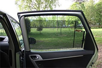 Utdragbara solskyddsgardiner vid bakre sidofönstren på Citroën C4 Picasso. Sådant uppskattas varma dagar!