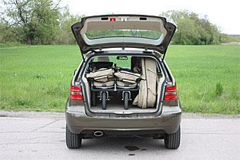 Med tvåbarnsfamiljens vagn på plats (inklusive liggdel för en baby) är det knökfullt i Mercedes B170 NGT. Resten av bagaget får polletteras… Inte heller B-klass har något bagagenät eller -galler.