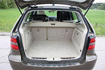 Mercedes B-klass bjuder inte några särskilda finesser. Utrymmet är lättlastat och rätvinkligt. Baksätet fällbart i två delar, 60/40.