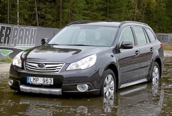 Att köra ner i tre-fyra decimeter djupt vatten är inget problem med Subaru Outback.