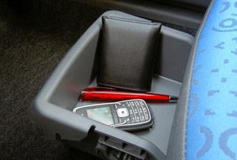 Under passagerarstolen fram finns ett praktiskt litet fack.