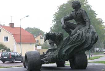 En staty av Ronnie Peterson i Örebro.