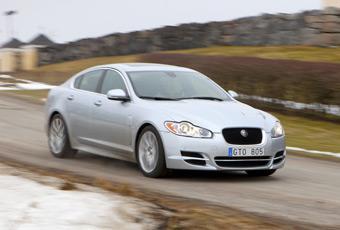 Jaguar XF forsar fram med en ny vässad dieselsexa, med dubbelturbo under huven.
