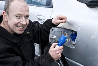Bakom tankluckan i Bosse Abrahamssons Mazda 626 fyller man inte bensin utan - elektricitet!