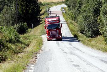Lastbilen kränger och lutar plötsligt mer än vägen. Det blir resultatet av de dåliga och ojämna svenska vägarna. Foto: Max Risberg