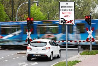 Skylten påbjuder att motorn ska stängas av. Det gör Mazda3 med i-stop helt på egen hand - om det inte är för varmt eller för kallt…